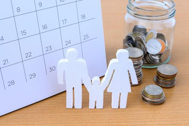 Biała Ikona Rodzina I Monety W Kalendarzu, Rodzinny Pojęcie Premium Zdjęcia