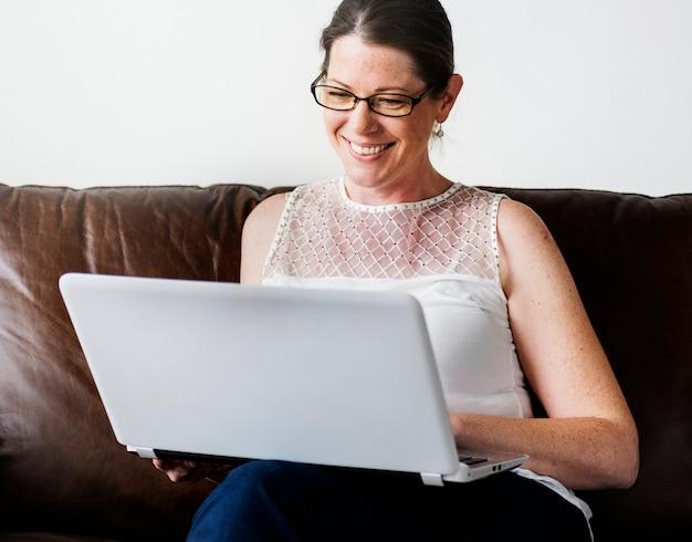 Biała kobieta za pomocą laptopa Premium Zdjęcia
