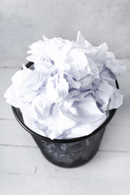 Biała Księga W Koszu Na śmieci Darmowe Zdjęcia