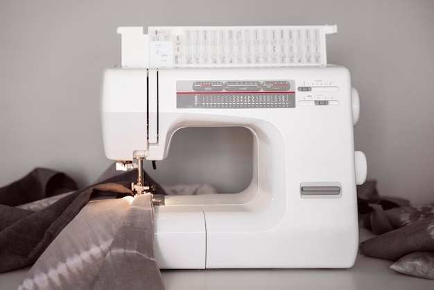 Biała Maszyna Do Szycia Z Widokiem Z Przodu Premium Zdjęcia