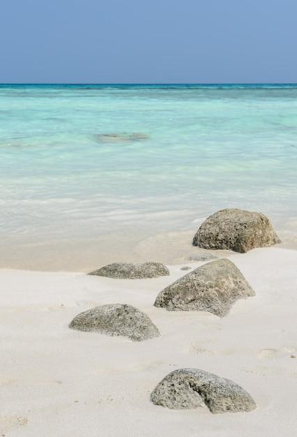 Biała Piasek Plaża Ze Skałą Premium Zdjęcia