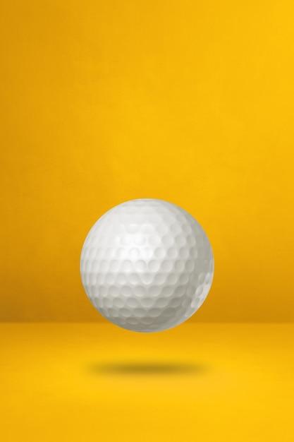 Biała Piłeczka Golfowa Na Białym Tle Na żółtym Tle Studio. Ilustracja 3d Premium Zdjęcia