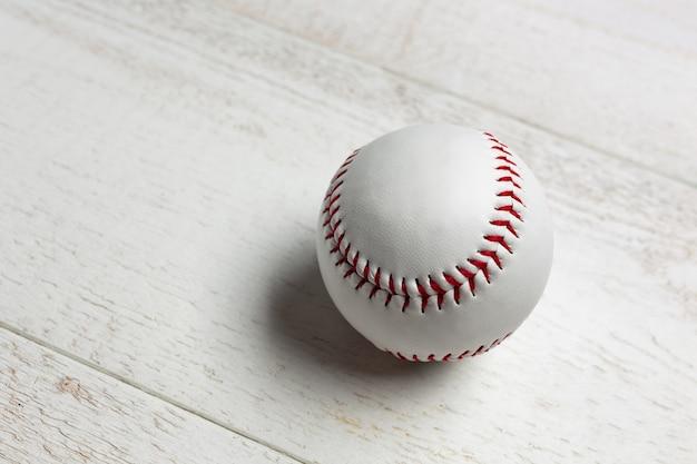 Biała piłka baseballowa zszyta czerwoną grubą. Premium Zdjęcia