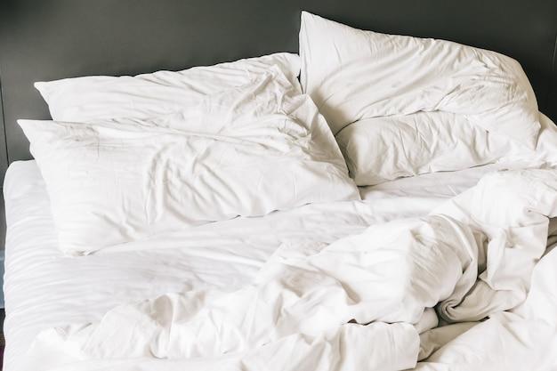 Biała Poduszka Na łóżku Darmowe Zdjęcia