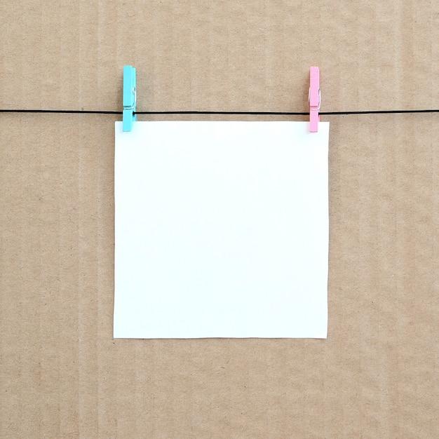 Biała Pusta Karta Na Arkanie Na Brown Kartonowym Tle. Premium Zdjęcia