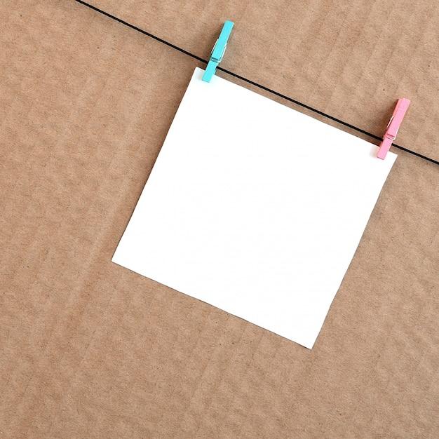 Biała Pusta Karta Na Arkanie Na Brown Kartonowym Tle Premium Zdjęcia