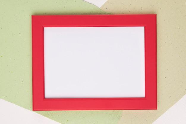 Biała ramka z czerwoną obwódką na tle papieru Darmowe Zdjęcia