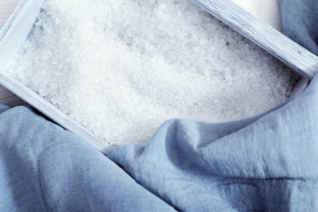 Biała Sól Morska W Niebieskim Drewnianym Pudełku Premium Zdjęcia