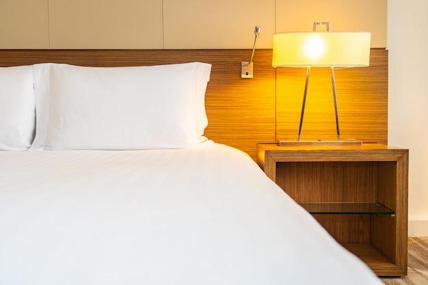 Biała Wygodna Poduszka I Koc Na łóżku Z Lampką Darmowe Zdjęcia