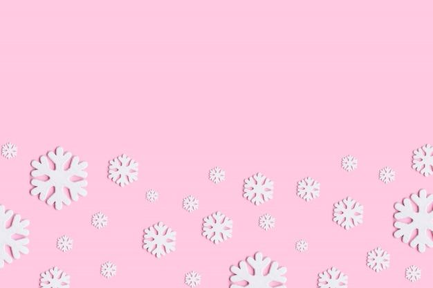 Białe Boże Narodzenie śniegu Na Różowym Tle. Premium Zdjęcia