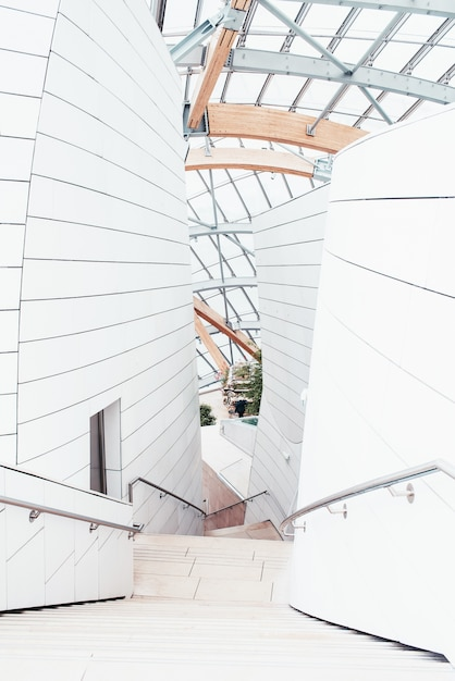 Białe Centrum Biznesowe Z Pięknymi Teksturami I Niepowtarzalnym Designem Z Wewnętrznymi Schodami Darmowe Zdjęcia