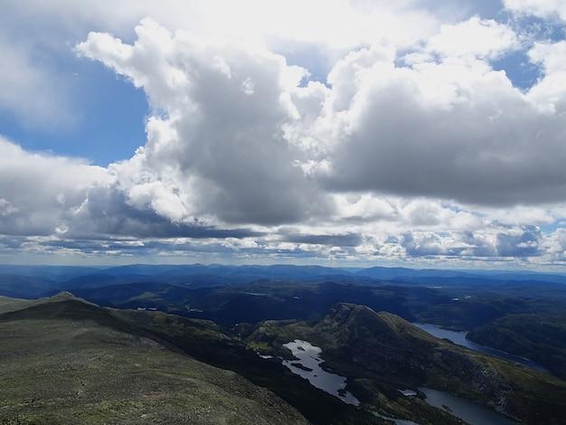 Białe Chmury Na Niebie Nad Doliną W Tuddal Gaustatoppen W Norwegii Darmowe Zdjęcia