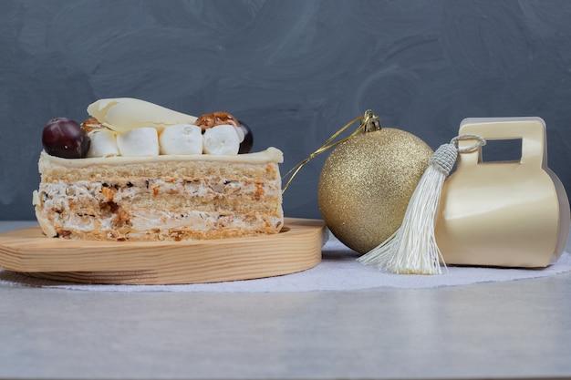 Białe Ciasto Czekoladowe Na Drewnianym Talerzu Z Prezentem świątecznym I Piłką. Wysokiej Jakości Zdjęcie Darmowe Zdjęcia