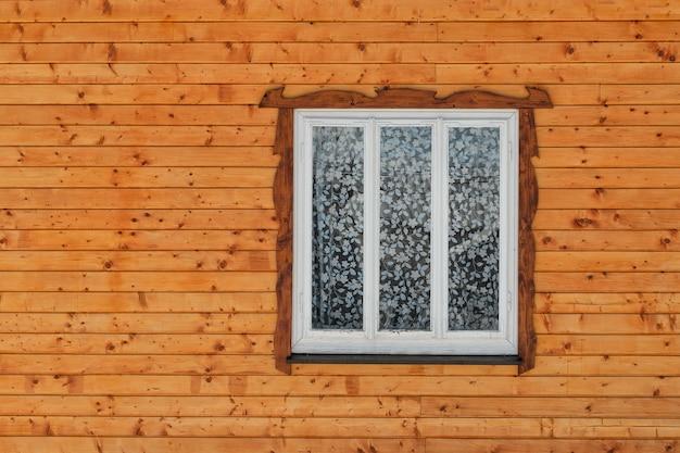 Białe Drewniane Okno W ścianie Z Surowych Brązowych Desek Z Węzłami. Widok Z Przodu. Zbliżenie. Premium Zdjęcia
