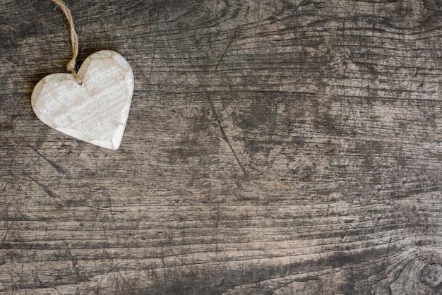 Białe drewniane serce na rustykalnym stole Darmowe Zdjęcia