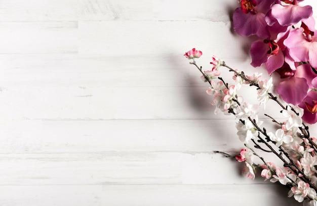 Białe Drewniane Tła Z Pięknymi Kwiatami Darmowe Zdjęcia