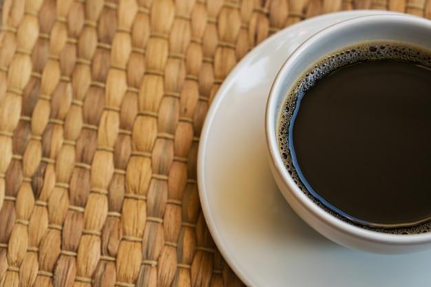 Białe Filiżanki Do Kawy Stoją Na Macie. Premium Zdjęcia