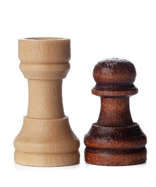 Białe i brązowe drewniane szachy na białym tle Premium Zdjęcia