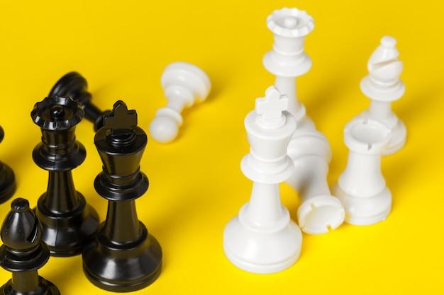Białe I Czarne Figury Szachowe Premium Zdjęcia