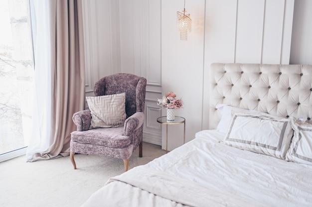 Białe klasyczne wnętrze sypialni z świątecznym bukietem w wazonie Premium Zdjęcia