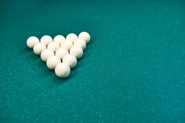 Białe Kule Bilardowe Na Niebieskim Stole Bilardowym. Gra Hazardowa W Bilard. Zbliżenie Premium Zdjęcia