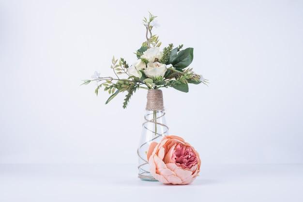 Białe Kwiaty W Szklanym Wazonie Na Białym Tle Z Pojedynczą Różą. Darmowe Zdjęcia
