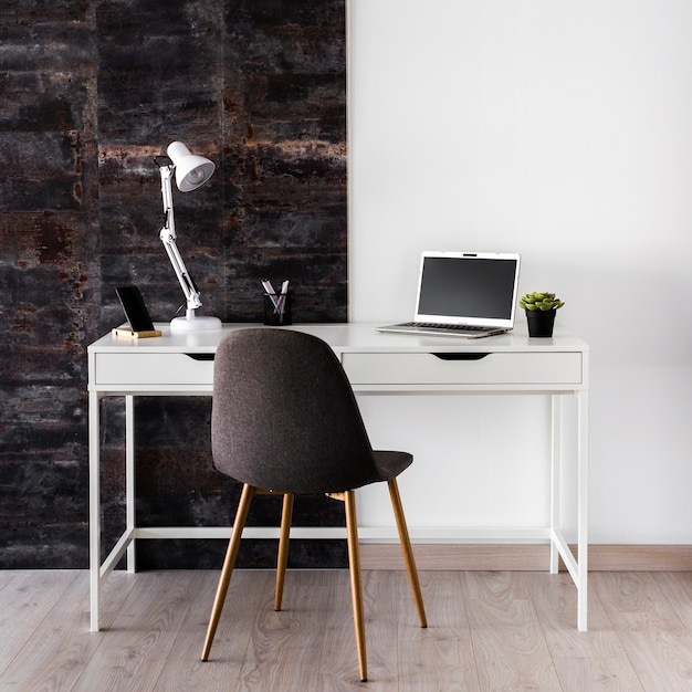 Białe Metaliczne Biurko Koncepcja Z Krzesłem Darmowe Zdjęcia