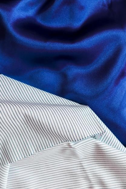 Białe paski z materiału tekstylnego na aksamitnej gładkiej serwecie Darmowe Zdjęcia