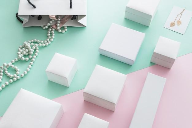 Białe Perły Naszyjnik Z Różnych Białych Pudełek Na Tle Pastelowego Papieru Darmowe Zdjęcia