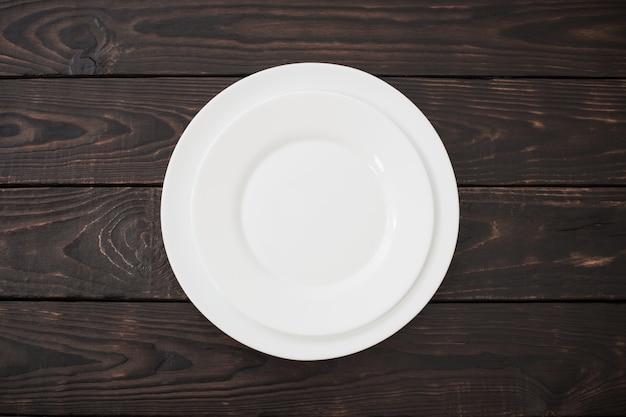 Białe Płytki Ceramiczne Na Starym Ciemnym Drewnianym Stole Premium Zdjęcia
