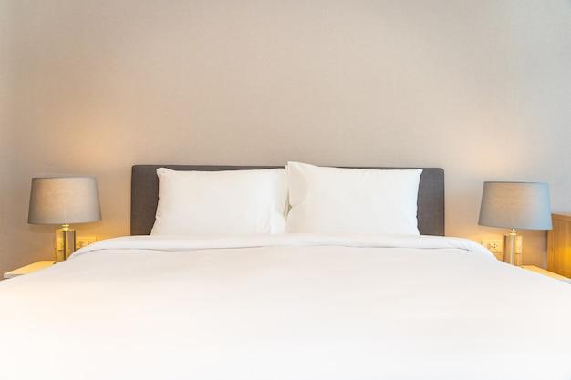 Białe Poduszki Na łóżku Z Lampkami Darmowe Zdjęcia