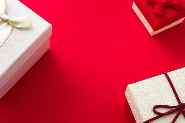 Białe pudełko i święta na czerwono. skopiuj miejsce Premium Zdjęcia