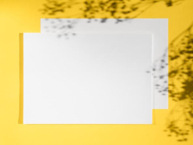 Białe puste miejsca na żółtym tle i cienie gałęzi Darmowe Zdjęcia