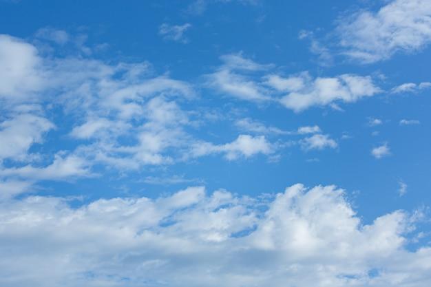 Białe, Puszyste Chmury W Błękitne Niebo. Tło Naturalne Białe Chmury Darmowe Zdjęcia