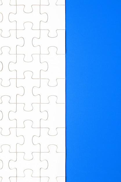 Białe Puzzle Na Niebieskim Tle. Tło Dla Treści Premium Zdjęcia