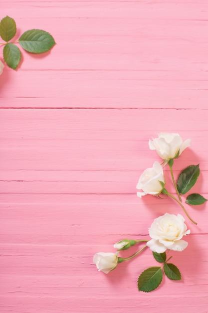 Białe Róże Na Różowym Tle Drewnianych Premium Zdjęcia