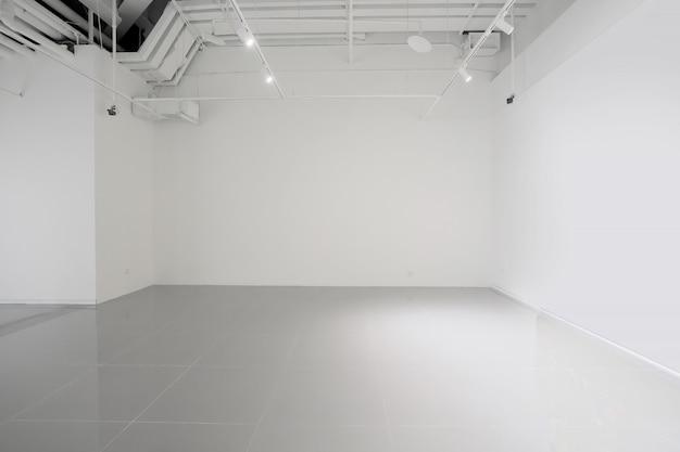 Białe ściany I Szare Podłogi Cementowe W Przestrzeni Wewnętrznej Premium Zdjęcia