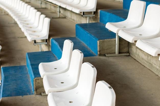 Białe Siedzenia Stadionowe Ze Schodami. Trybuna Piłkarska, Piłkarska Lub Stadion Baseballowy Bez Fanów Premium Zdjęcia