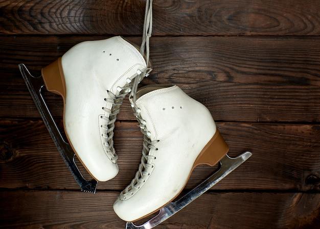 Białe skórzane łyżwy damskie do jazdy figurowej na gwoździu Premium Zdjęcia