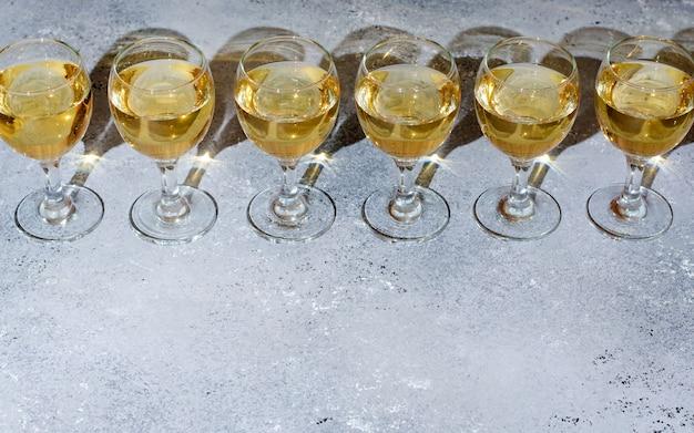 Białe Wino W Szklanych Kieliszkach Premium Zdjęcia