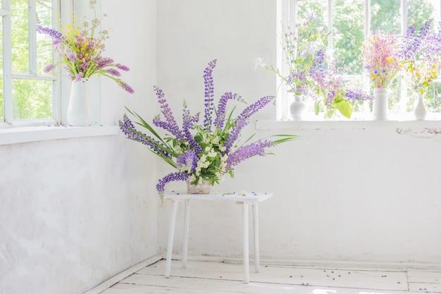 Białe Wnętrza Vintage Z Kwiatami Premium Zdjęcia