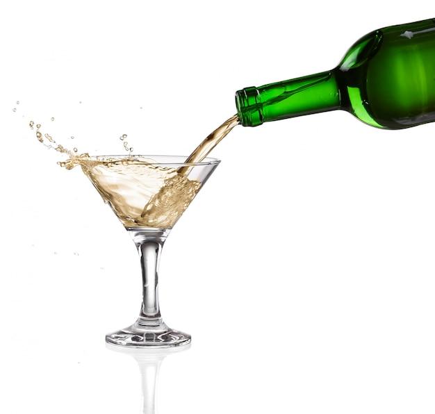 Białego Wina Dolewanie Od Butelki Wstępu Szkło Na Białym Tle Premium Zdjęcia