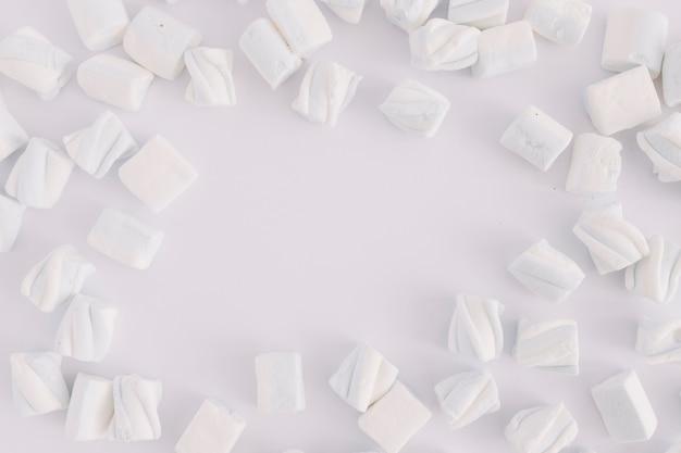 Biali Marshmallows Na Stole Darmowe Zdjęcia