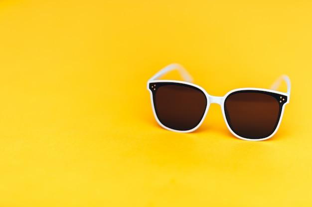 Biali Okulary Przeciwsłoneczni Na Jaskrawym żółtym Tle, Copyspace, Lato Są Nadchodzącym Pojęciem Premium Zdjęcia