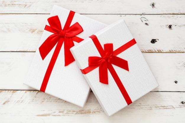 Biali Prezentów Pudełka Na Biały Drewnianym Premium Zdjęcia