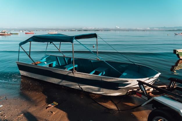Biało-niebieska łódź Na Brzegu W Rio Darmowe Zdjęcia