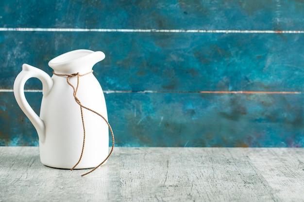 Biały Ceramiczny Słoik Na Mleko Na Rustykalnym Stole Darmowe Zdjęcia