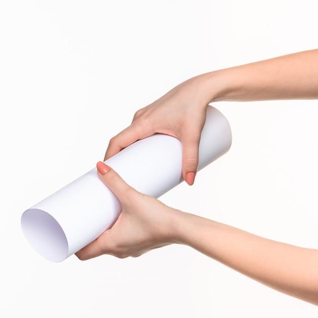 Biały Cylinder Rekwizytów W Kobiecych Rękach Na Białym Tle Darmowe Zdjęcia