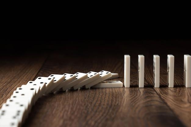 Biały domino na brązowym drewnie Premium Zdjęcia