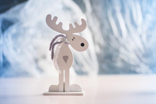 Biały Drewniany łoś Amerykański Na świetle. Ozdoby świąteczne Premium Zdjęcia